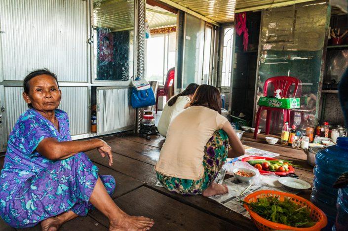 Vietnamese vrouw tijdens de lunch bereiding
